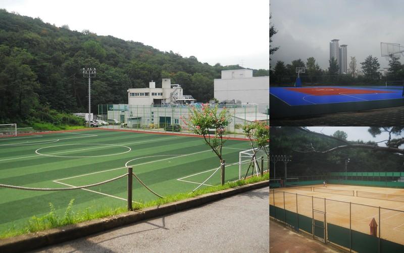 Lapangan sepakbola, basket, dan tenis.